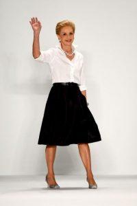 La diseñadora siempre utiliza una blusa blanca y falda Foto:Getty