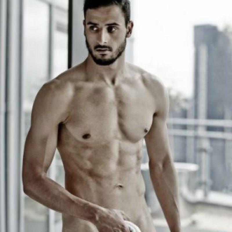 Nacer Chadli Este mediocampista belga se quitó la ropa para la revista Cosmopolitan con motivo de una campaña de concientización contra el cáncer. Foto:Cosmopolitan