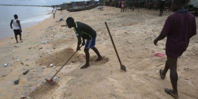 El virus de Ébola causa terror en una playa nudista de España