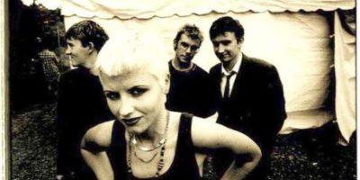 Vocalista de famosa banda de los 90 es arrestada por agredir a una azafata
