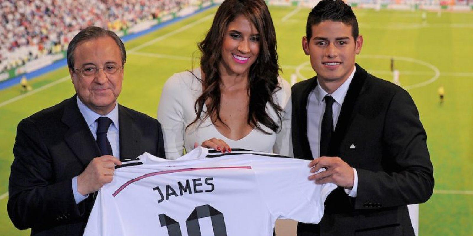 James en la presentación con el Real Madrid junto a su esposa Daniela Ospina y el presidente del club Florentino Pérez. Foto:Getty Images