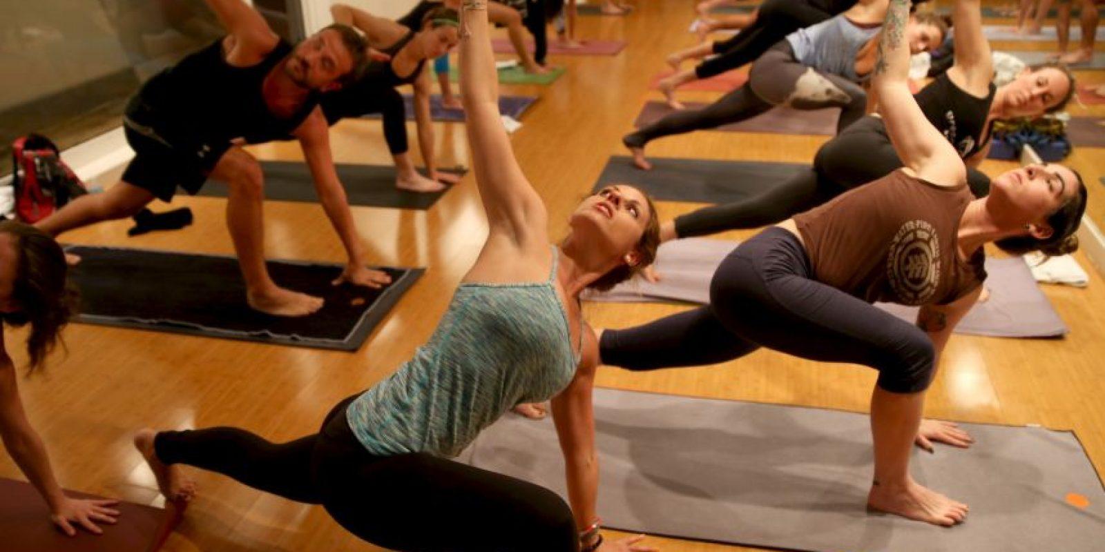 El yoga debe practicarse con un profesional. Foto:Getty Images