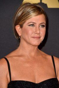 A Jennifer Aniston es común verla con un aspecto bronceado y californiano. Foto:Getty Images