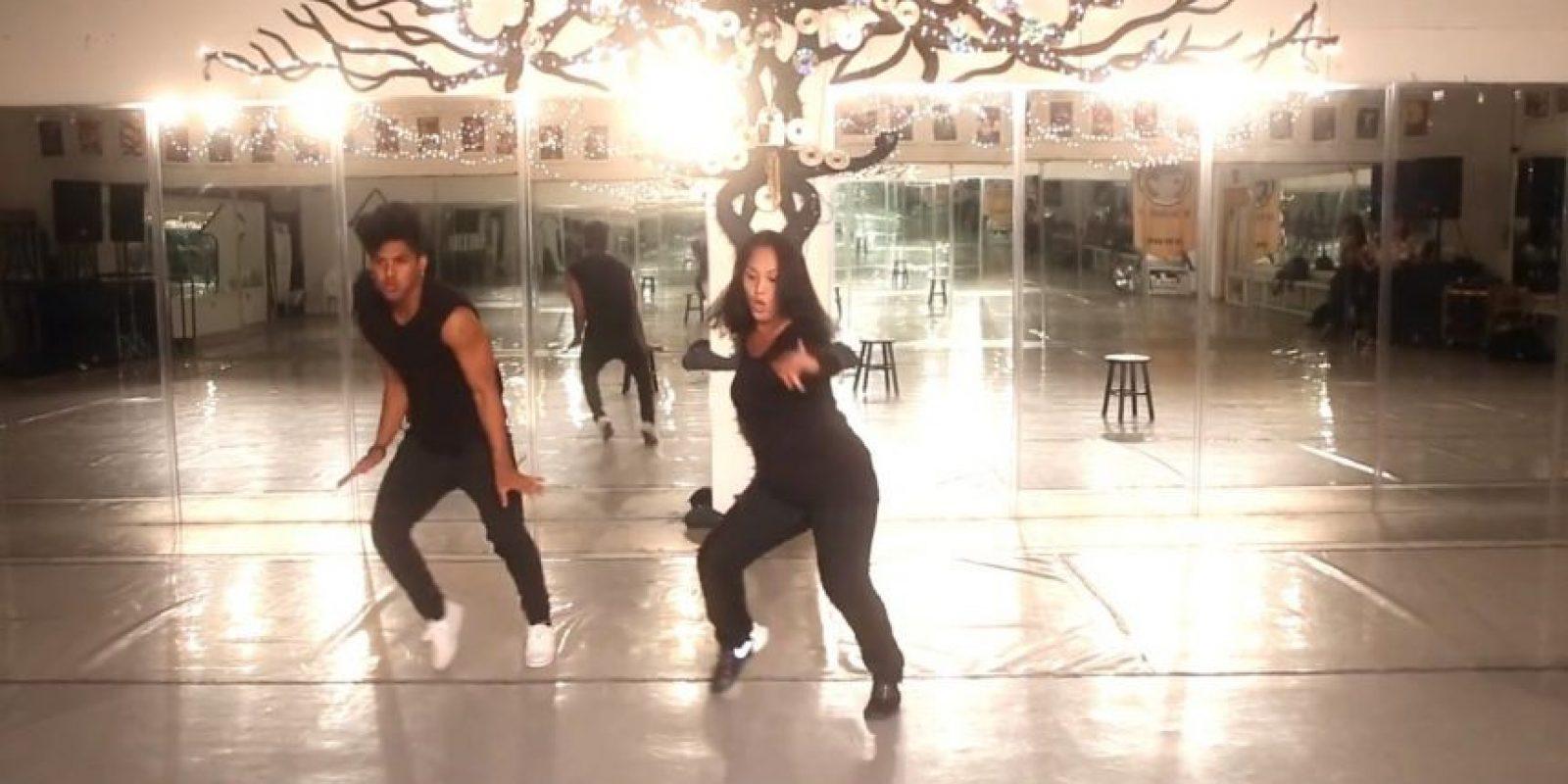 Villaver enseñó a su madre grandes pasos de baile Foto:Captura de pantalla