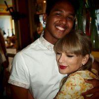 Sus fotos de Facebook muestra que tiene una gran amistad con la cantante Foto:Vía Facebook