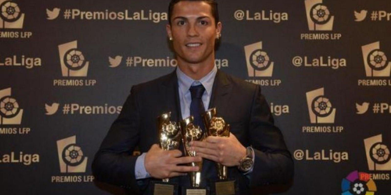 Cristiano con sus tres premios de la Liga BBVA 2013-2014. Foto:twitter.com/LaLiga