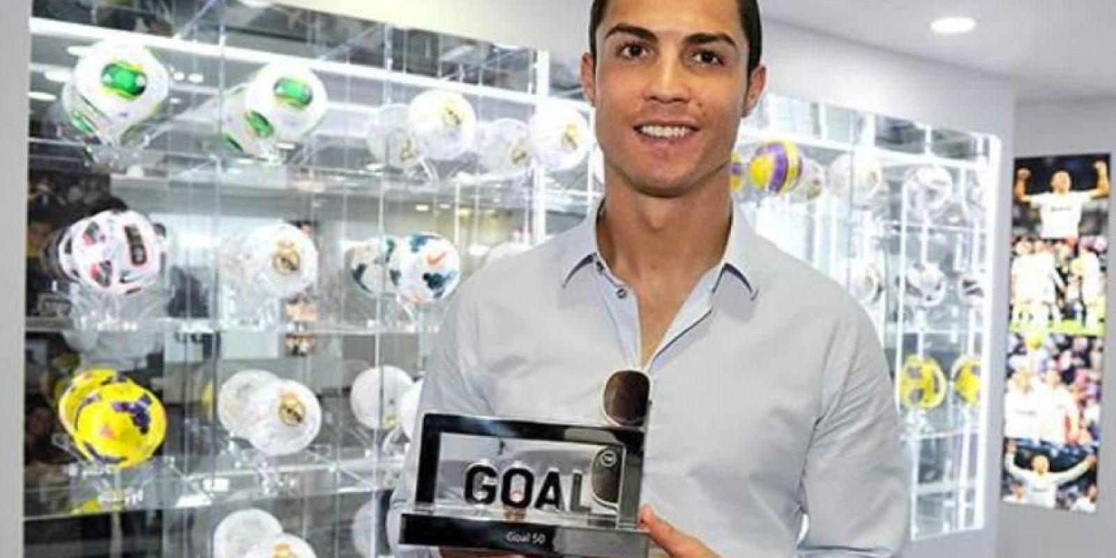 Cristiano Ronaldo con su trofeo Goal 50. Foto:twitter.com/GoalEspana