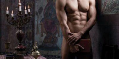 FOTOS: Sacerdotes posan provocativamente en calendario contra la homofobia