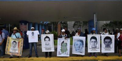 Bloquean aeropuerto en Acapulco por estudiantes desaparecidos
