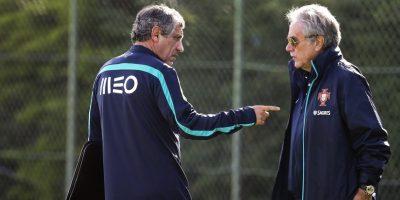 El seleccionador portugués, Fernando Santos (i) conversa con el directivo de la Federación de Futbol de Portugal, Carlos Godinho. Foto:AFP