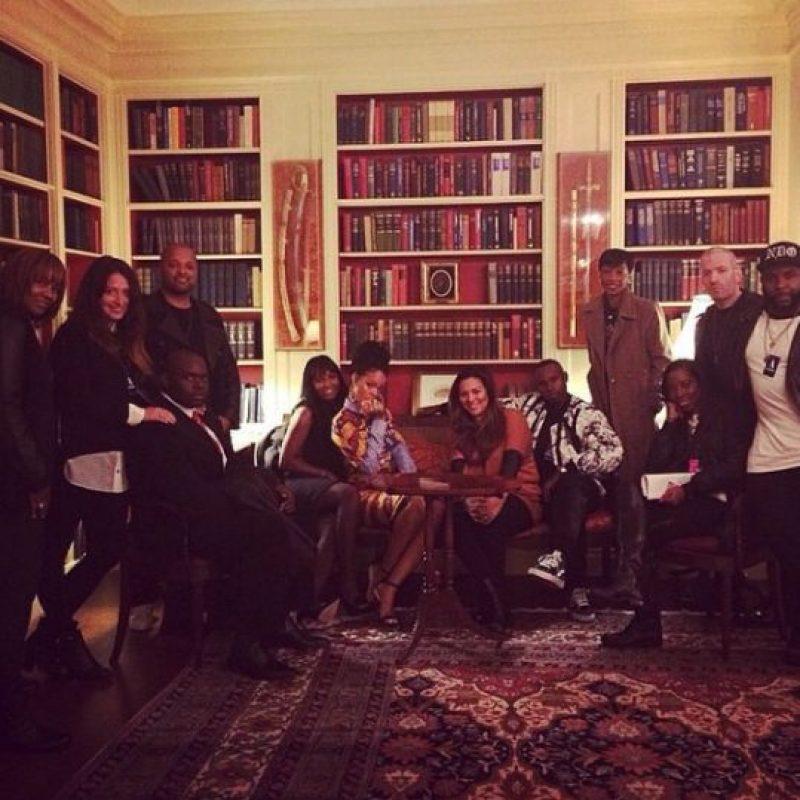 Rihanna y sus acompañantes en una sala de la Casa Blanca Foto:Instagram/Badgalriri
