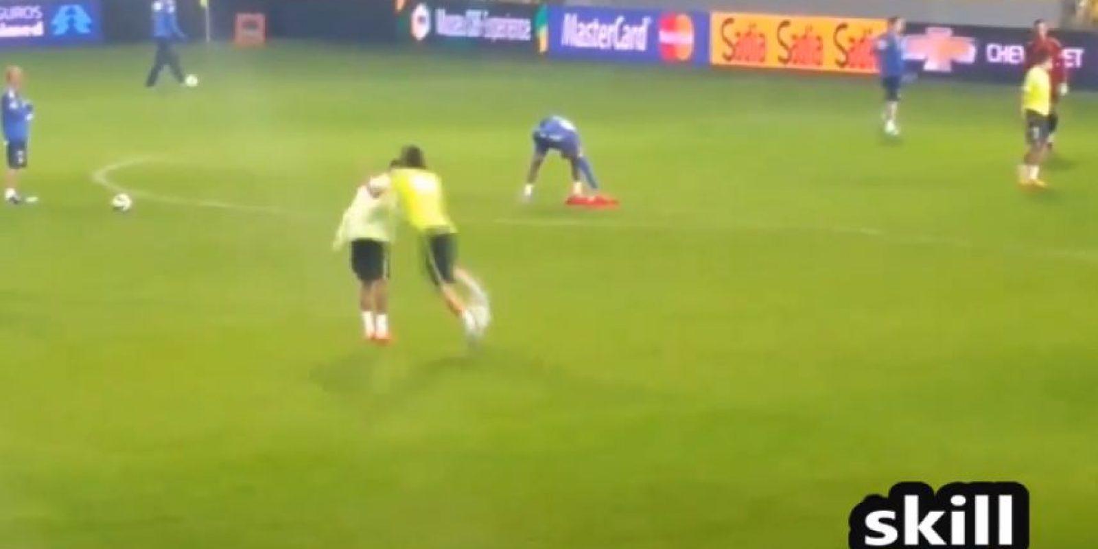 Filipe Luis le quitó el balón Foto:Youtibe: Brazil FIFA Cup