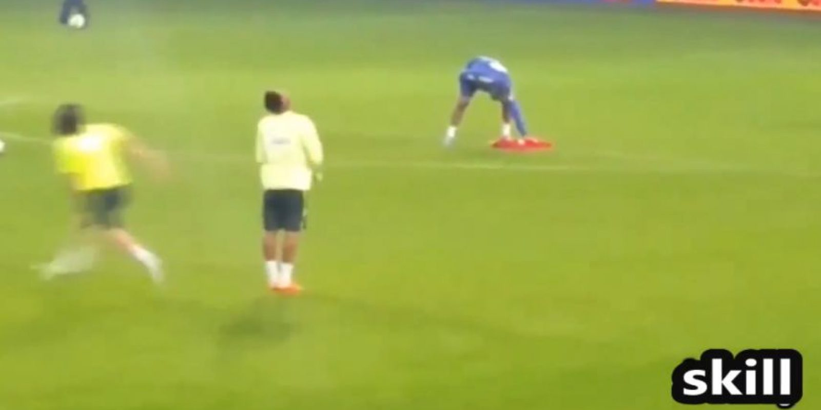 Y le hizo una jugada que lo dejó inmóvil Foto:Youtibe: Brazil FIFA Cup