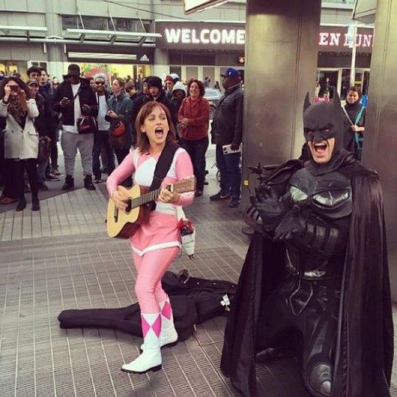 En pasados días la actriz salió a la calle a cantar, esto como una muestra de agradecimiento para todas las personas que apoyan sus filmes. Foto:Instagram/atothedoublej