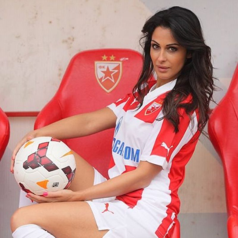 Es la conductora de un programa especial del Estrella de Belgrado; hace unos días reveló que le pidieron que se retirara de la cancha porque distraía a los futbolistas Foto:Instagram: @sreckoviceva