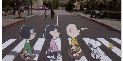 """Aquí con los personajes de """"Snoopy"""" Foto:Twitter"""