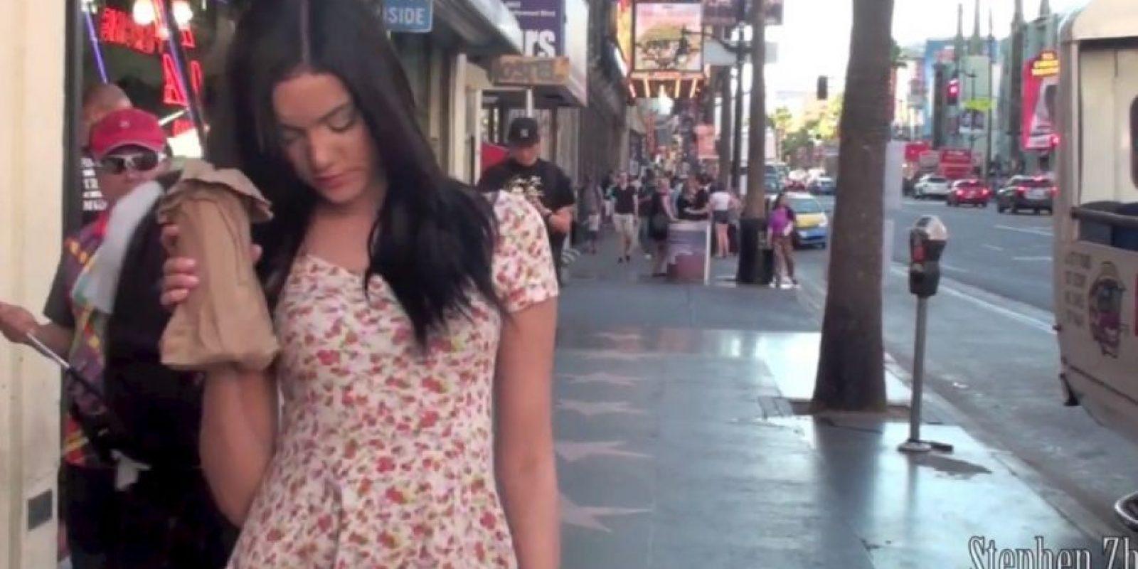 """""""Tal vez tenían malas intenciones, pero también es posible que quisieran evitar que una mujer tan ebria se subiera sola a un autobús"""". Foto:Captura de pantalla"""