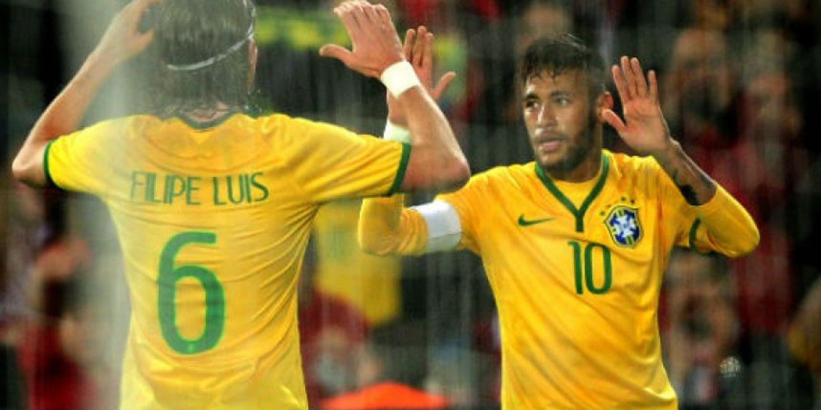 Neymar celebra su doblete con su compañero Felipe Luis Foto:AFP