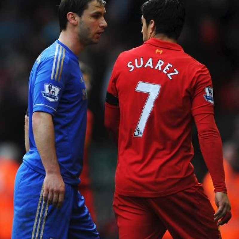 En 2013, cuando militaba en Liverpool, mordió a Branislav Ivanovic, del Chelsea Foto:Getty