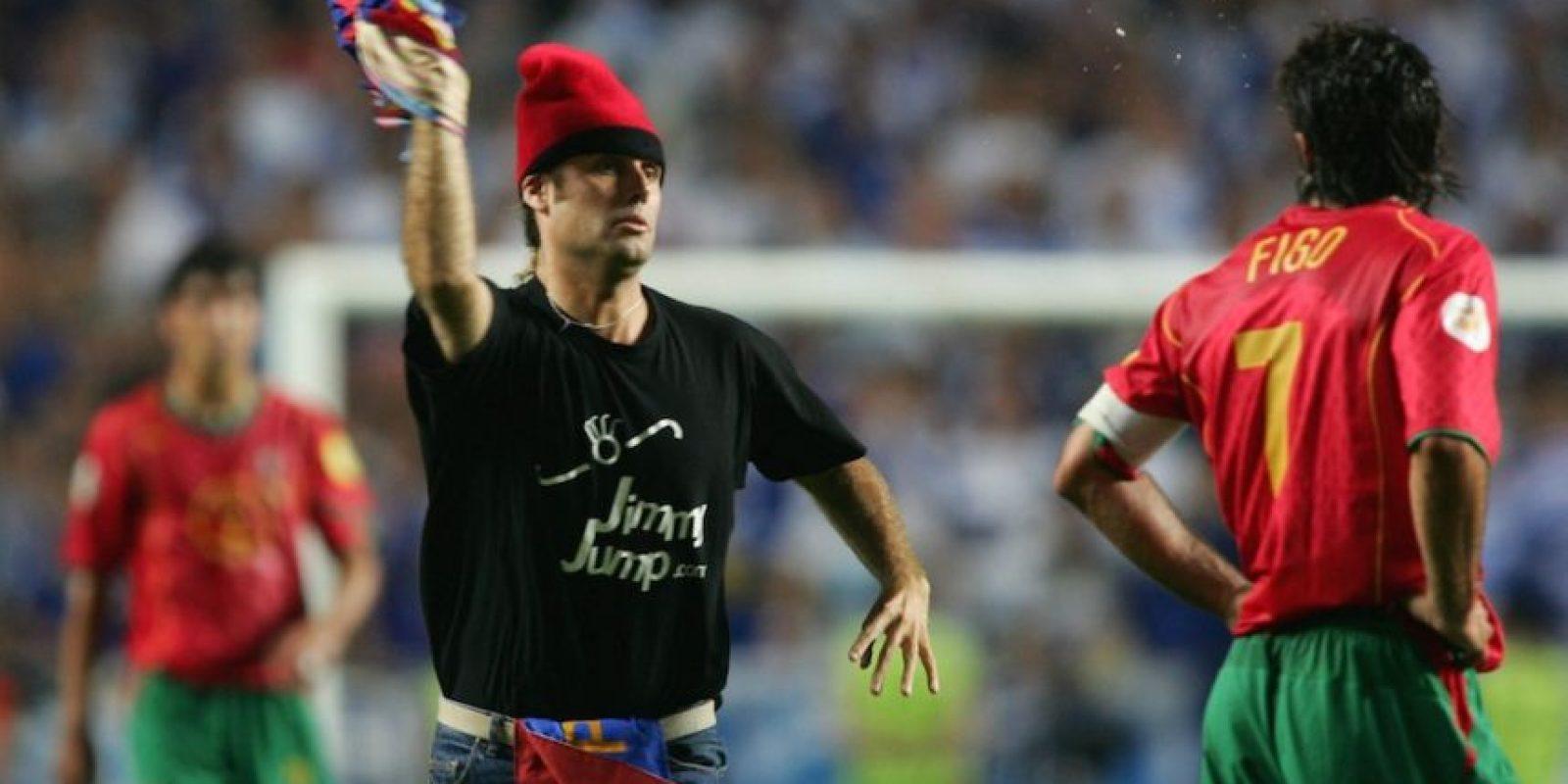 Durante la final de la Euro 2004, Jimmi invadió la cancha para aventarle una playera del Barcelona al portugués Luis Figo. Foto:Getty Images