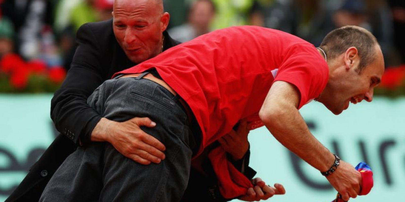Segundos después fue detenido por la seguridad de torneo. Foto:Getty Images