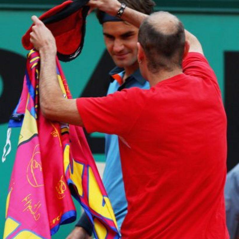 Jimmy le colocó una gorra al tenista suizo Roger Federer. Foto:Getty Images