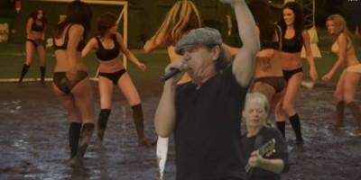 """Video: Biquinis y juegos en lodo en lo nuevo de """"AC/DC"""""""