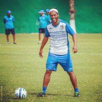 El brasileño siempre se divierte en las prácticas de los Gallos Blancos Foto:Facebook: Ronaldinho Gaúcho