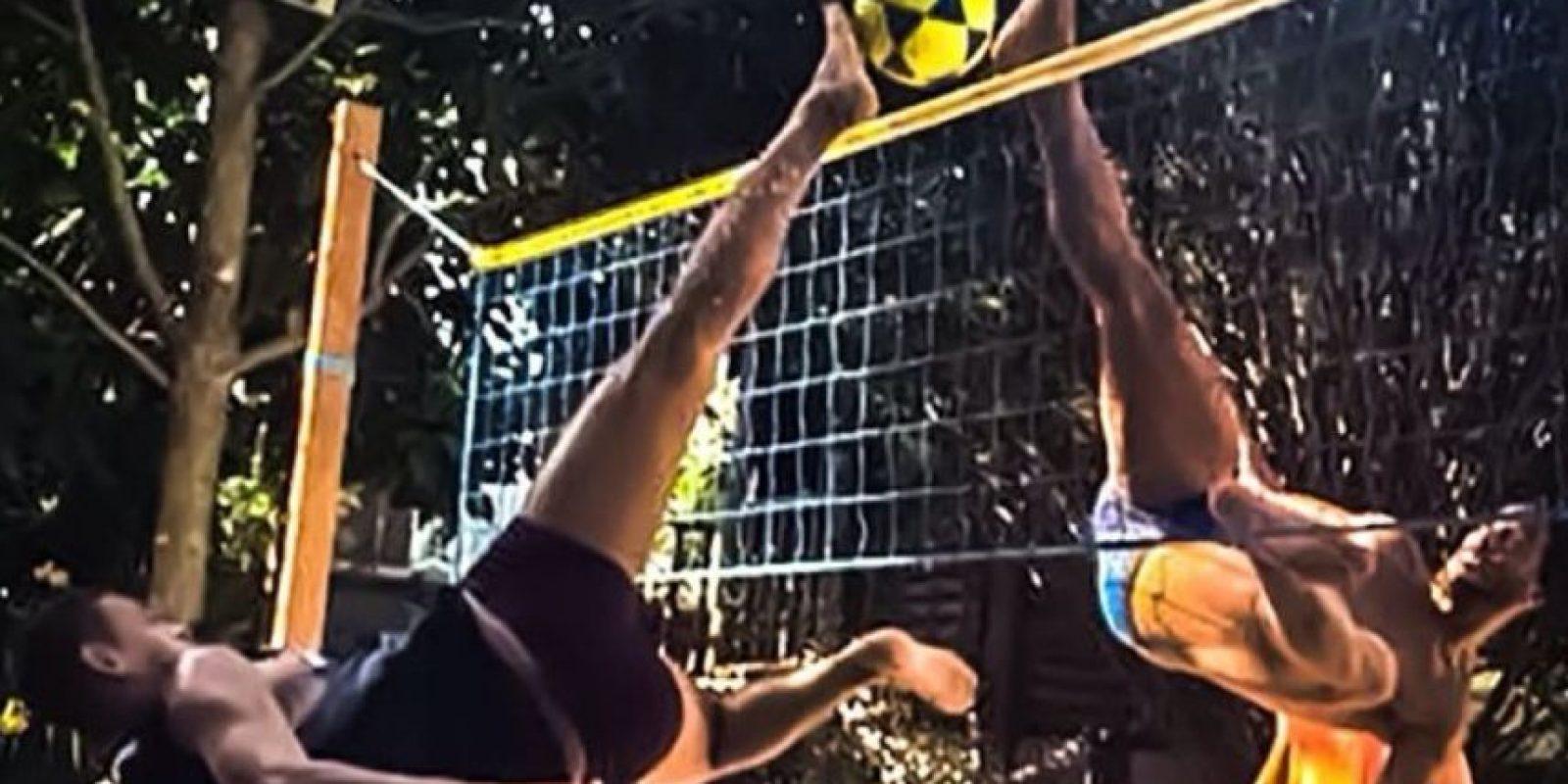 En su casa practica el fútvoley Foto:Facebook: Ronaldinho Gaúcho