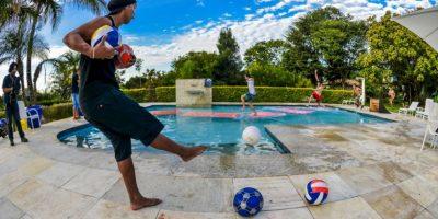 También jugó con sus amigos a pegarles con el balón, mientras ellos corrían en una alberca Foto:Facebook: Ronaldinho Gaúcho