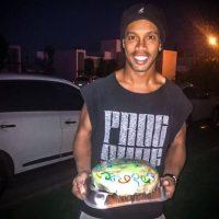 Sus vecinas lo agasajan con comida Foto:Facebook: Ronaldinho Gaúcho
