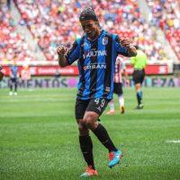 Así festeja sus goles con los Gallos Blancos Foto:Facebook: Ronaldinho Gaucho
