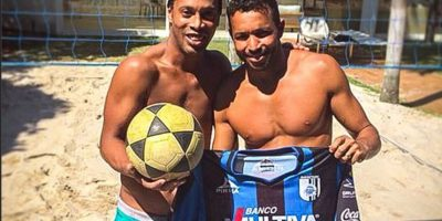 Anderson Águia es su compañero en el futvóley Foto:Facebook: Ronaldinho Gaucho