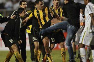 Golpes en otra final de Libertadores: El 22 de junio de 2011, luego de que en la final de la Libertadores, Santos de Brasil le pasara por encima al Peñarol, los uruguayos no supieron controlar la tensión de la derrota Foto:Getty