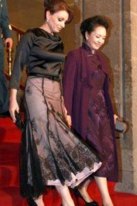 """""""Los vestidos de noche y cocktail son réplicas de los modelos de la Reina"""" Foto:Página oficial Angélica Rivera"""