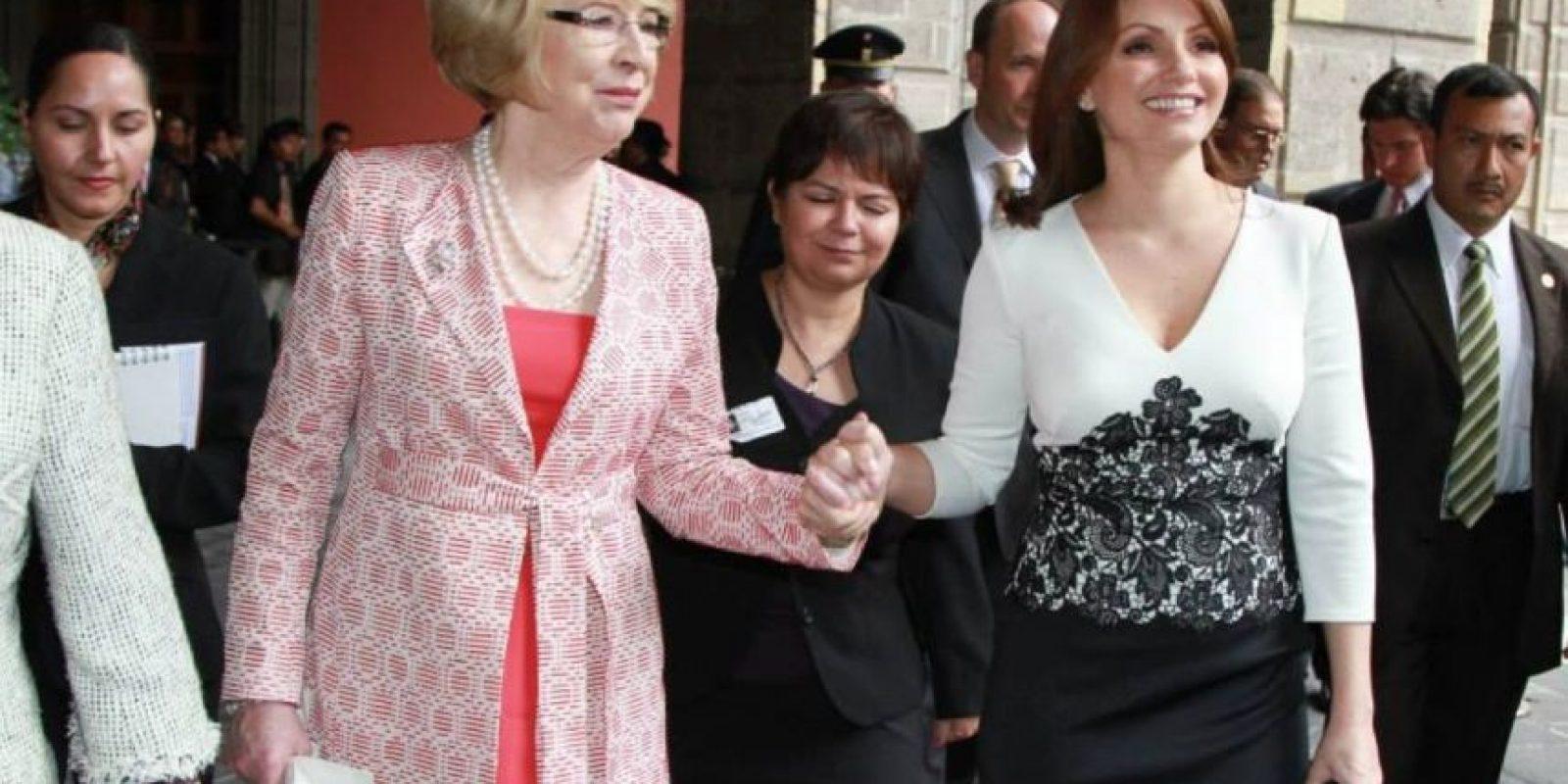 Y sobre todo, las copias de sus atuendos por parte de ella hacia las soberanas europeas. Foto:Página oficial Angélica Rivera