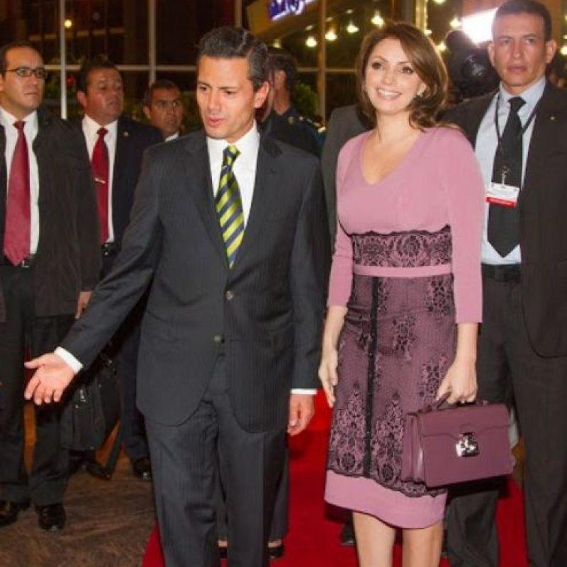 """""""En sus viajes oficiales no ha dudado calcar los vestidos de encaje que tan de moda ha puesto la Reina de España."""" Foto:Página oficial Angélica Rivera"""