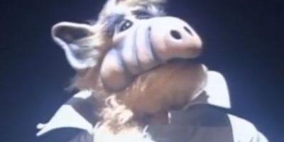"""""""Alf"""": Al final, Alf es rescatado por dos miembros de su planeta y se despide de su familia. Foto:NBC"""