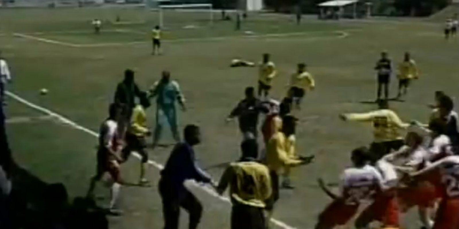 El partido subió poco a poco de intensidad, hasta que una entrada de un caribeño sobre Juan Arangio detonó la gresca. Foto:Youtube: Televisa Deportes