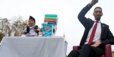 FOTOS. El hombre más alto y el más bajo del mundo toman el té juntos
