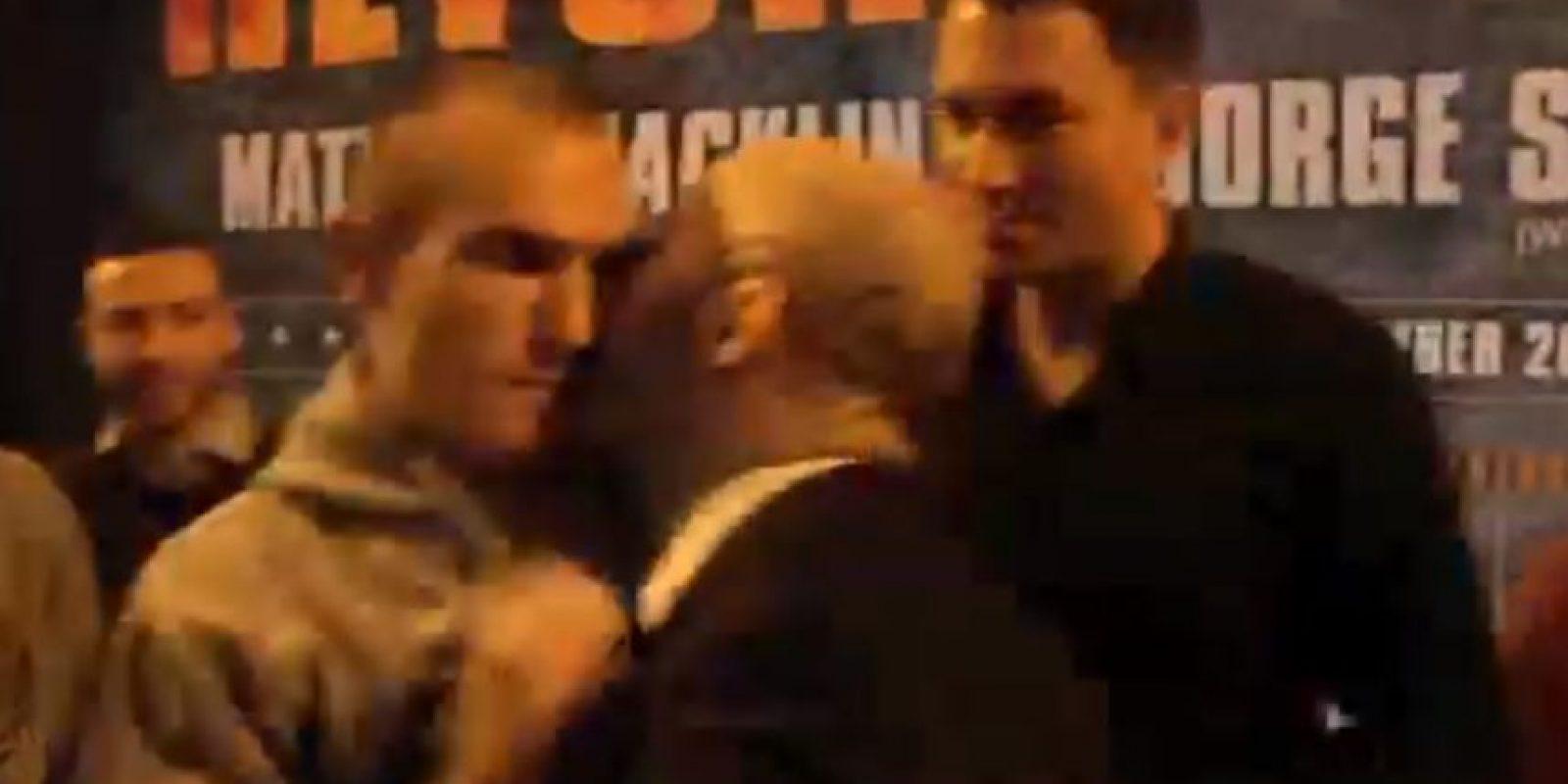 Pero espero el momento para besar a su oponente Foto:Youtube: iFL TV