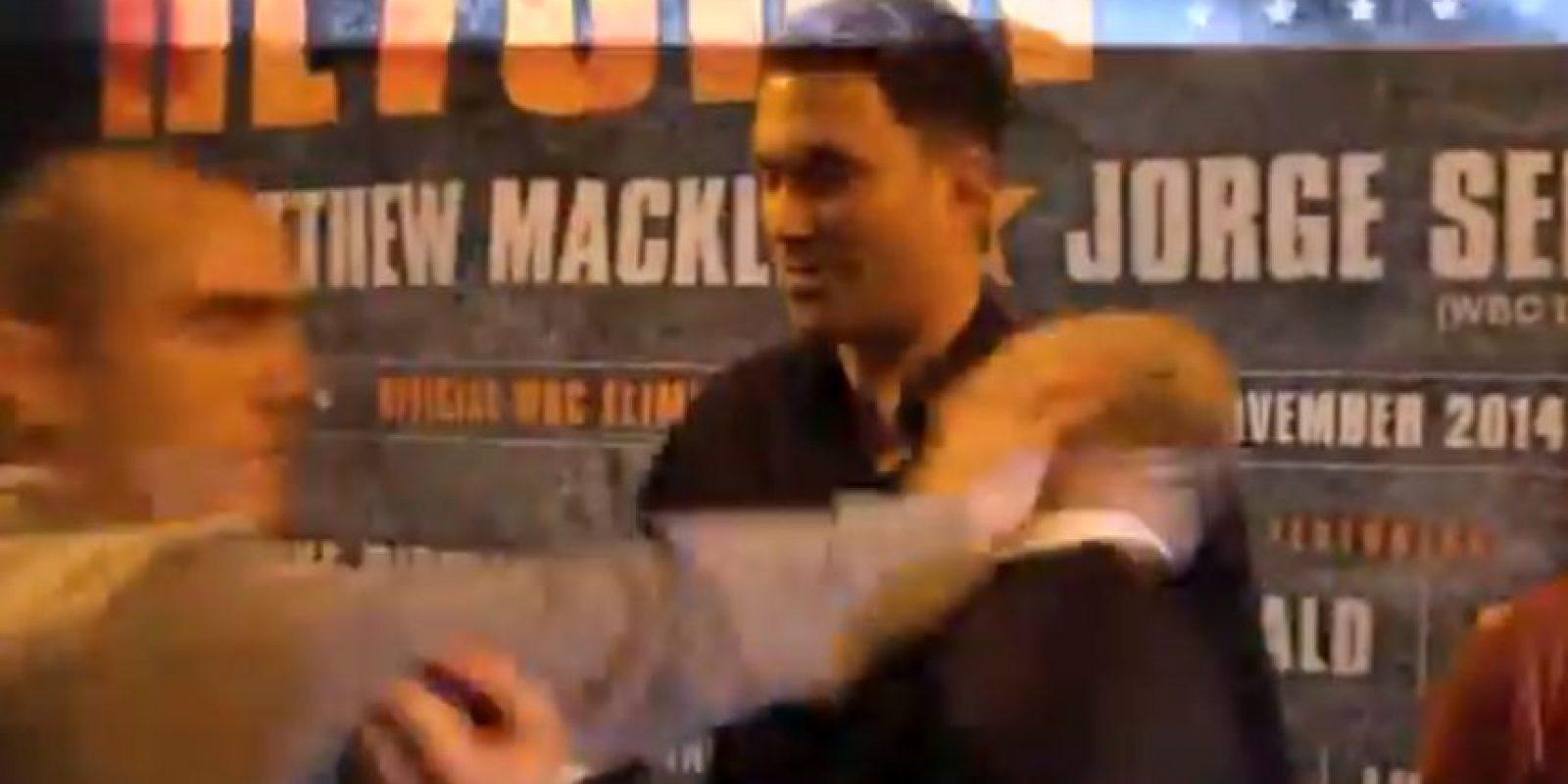 Entonces Fitzgerland se enojó más y le dio un golpe en la cara Foto:Youtube: iFL TV