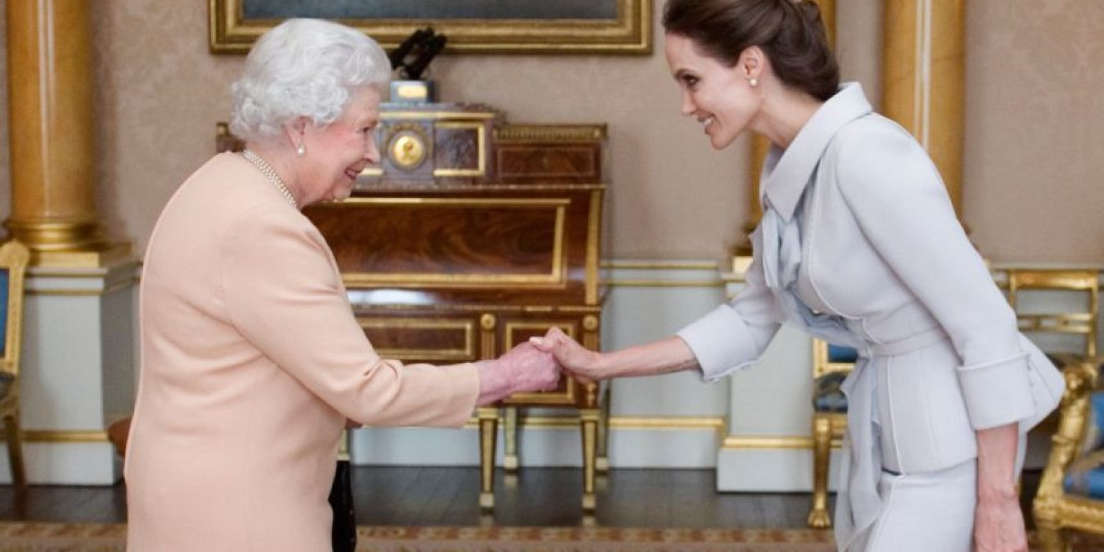 """Recibió el título de """"Dama de honor"""" de parte de la Reina Isabel II, esto como un reconocimiento a su labor por tratar de poner fin a la violencia sexual en las zonas de guerra y por sus servicios a la política exterior de Reino Unido. Foto: Getty Images"""