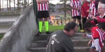 En 2011, cada que llegaba a los entrenamientos del Athletic de Bilbao saludaba a los niños. Foto:vía YouTube