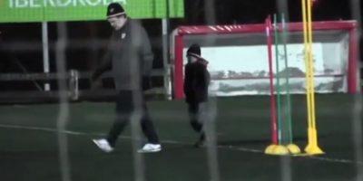 El pequeño imitaba sus gestos y movimientos dentro del terreno de juego. Foto:vía YouTube