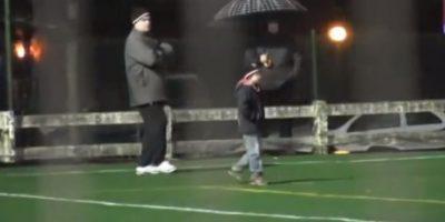 También en 2012, Bielsa invitó a un niño al entrenamiento del Athletic de Bilbao. Foto:vía YouTube