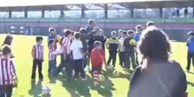 En 2011, Marcelo Bielsa convivió con unos niños de Lezama, Argentina. Foto:vía YouTube