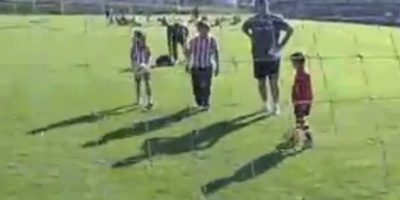Bielsa les enseñó a patear el balón y convivió con ellos. Foto:vía YouTube
