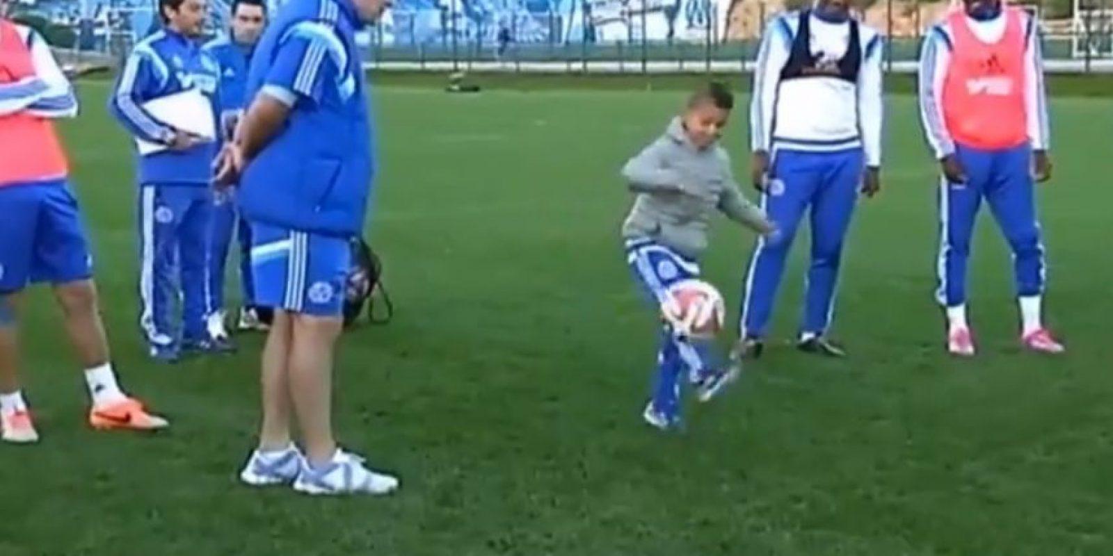 El pequeño de ocho años dominó el balón y sus ídolos le aplaudieron. Foto:vía YouTube