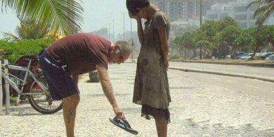 Un hombre dándole sus zapatos a una mujer sin hogar en Río de Janeiro Foto:Tumblr